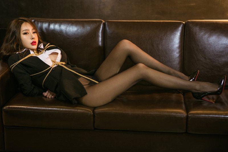 尤女郎金金白领职业装捆绑销魂性感写真