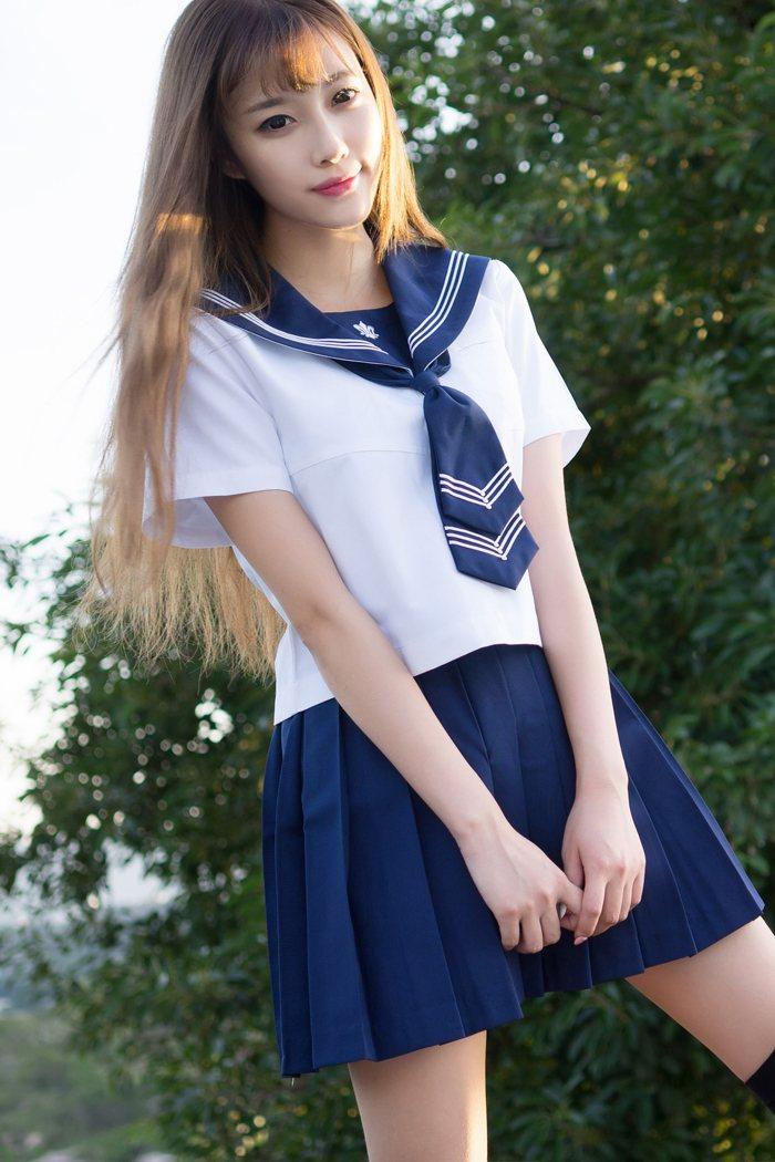 福利美图 性感学生妹甜心棒棒糖CC制服外拍气质佳